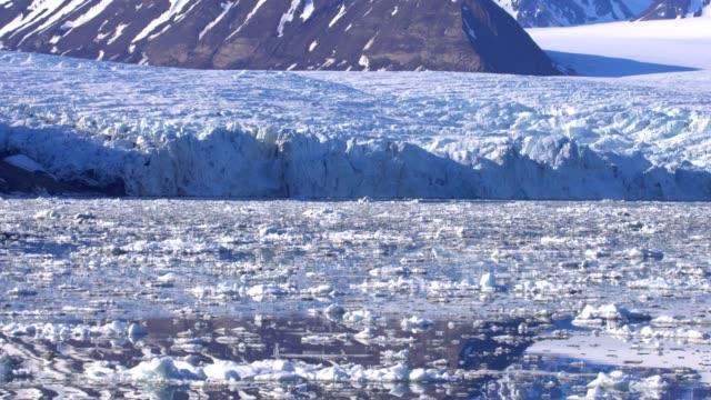 4k: svalbard glacier in svalbard nothern fjords, spitsbergen - スヴァールバル諸島点の映像素材/bロール