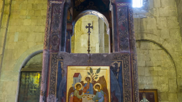 vídeos de stock, filmes e b-roll de svetitsjoveli cathedral, world heritage site, unesco, mtskheta city, mtskheta-mtianeti region, georgia, middle east - figura feminina