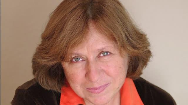 vídeos de stock e filmes b-roll de svetlana alexievich gano este jueves el premio nobel de literatura la bielorrusa es una cronista de la cruda realidad del imperio sovietico - literatura