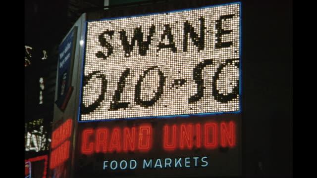 vidéos et rushes de 1954 cu la swansee sign, new york city, new york, united states - 1954
