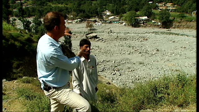 vidéos et rushes de swat valley suffers after floods; itn reporter lookig out over rubble where school previously stood skeleton of building that was previously a school... - châle