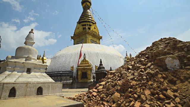 vídeos y material grabado en eventos de stock de katmandú, nepal - 1 de mayo de 2015:  templo swayambhunath (mono) stupawhich se severly dañado después de la gran terremoto - terremoto