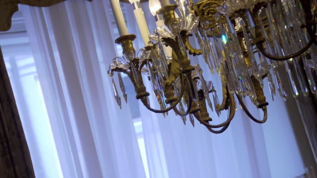 vidéos et rushes de swaying chandelier in vienna - ballotter