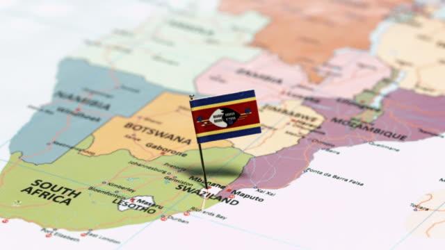 vídeos de stock, filmes e b-roll de suazilândia com bandeira nacional - áfrica meridional