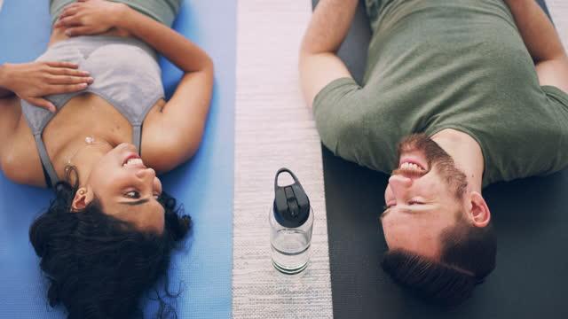 vidéos et rushes de transpirer, sourire et répéter - jeune couple