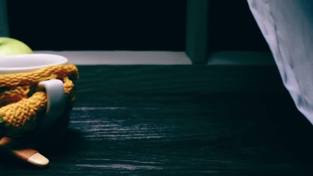 sweatered のマグとカッテージ チーズ トースト - ブリーチーズ点の映像素材/bロール