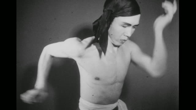 1948 sweating and tense, man (chao-li chi) performs tight martial arts sequencing in an empty room - 少林寺点の映像素材/bロール