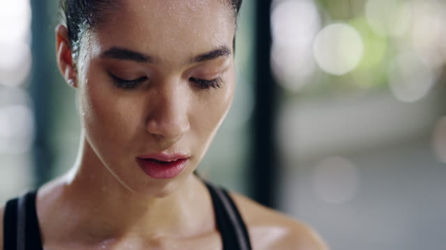 vídeos de stock e filmes b-roll de sweating is a good thing in fitness - 4k resolution