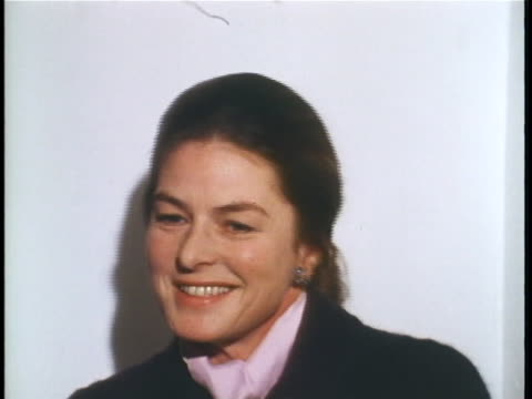 swedish actress ingrid bergman describes how she prefers to hear what movie critics say about her, and describes her thoughts during the process. sot... - kritiker stock-videos und b-roll-filmmaterial