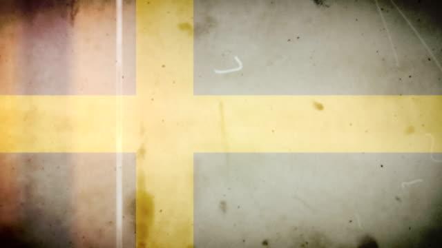 vídeos de stock e filmes b-roll de bandeira da suécia-grunge retro velho filme loop com áudio - fuga de luz