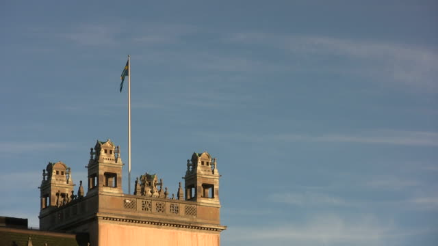 stockvideo's en b-roll-footage met swedish flag - parliament building