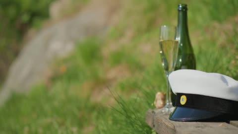 svensk student mössa bredvid champagne på gradering - examen bildbanksvideor och videomaterial från bakom kulisserna