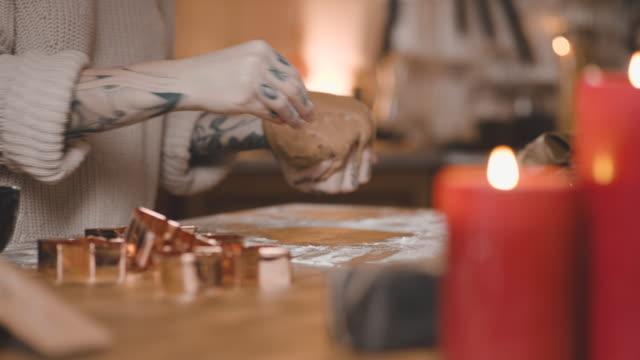 vídeos de stock, filmes e b-roll de mulher sueca que assar biscoitos de gengibre para o natal - cultura sueca