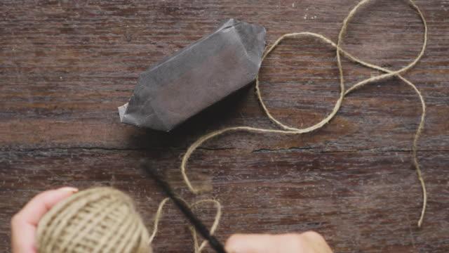 svensk kvinna inslagning julklappar - brun beskrivande färg bildbanksvideor och videomaterial från bakom kulisserna