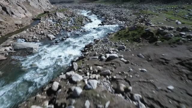 sweeping aerial of old irrigation wall. - kiselsten bildbanksvideor och videomaterial från bakom kulisserna