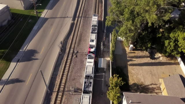 vidéos et rushes de un clip de drone de balayage regardant vers le bas sur un train de banlieue à salt lake city - train de banlieue
