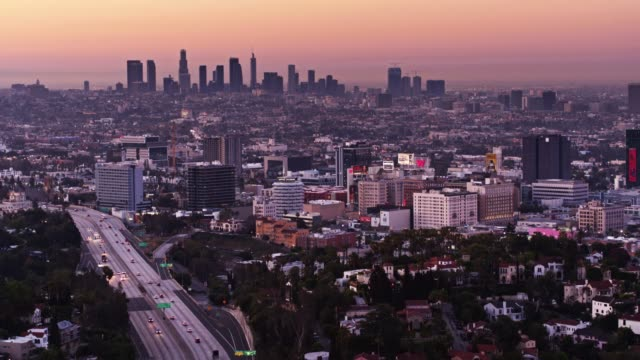 vídeos de stock, filmes e b-roll de tiro de drone arrebatadora de la ao nascer do sol - hollywood califórnia