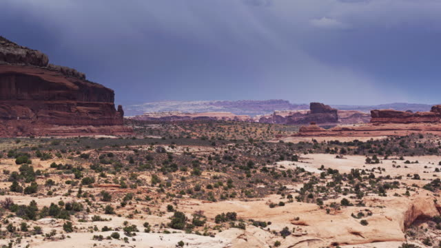 vídeos de stock, filmes e b-roll de tiro de drone arrebatadora de formações de rocha dramática perto de canyonlands, utah - mesa formação rochosa