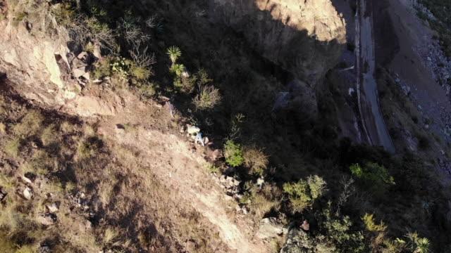 vídeos de stock, filmes e b-roll de vista de drone varrendo o incrível sistema de canyon de cobre perto da cidade histórica de batopilas no estado de chihuahua, méxico - pinaceae
