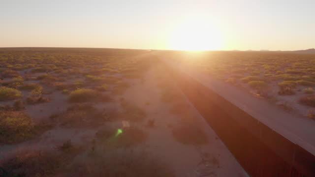vidéos et rushes de une vue de drone de balayage du mur de frontière divisant el paso, texas, etats-unis et ciudad juarez, mexique - texas