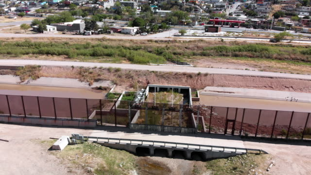 a sweeping drone view of the border wall dividing el paso, texas, usa and ciudad juarez, mexico - international border stock videos & royalty-free footage