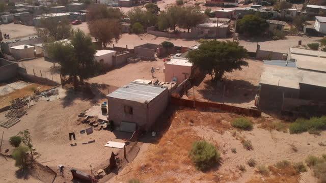 vídeos de stock e filmes b-roll de a sweeping drone view of the united states and mexico international border wall between sunland park new mexico and puerto anapra, chihuahua mexico - vedação