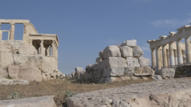 Sweeping shot showing the Erechtheion to the Parthenon, the Acropolis, UNESCO World Heritage Site, Athens, Greece, Europe