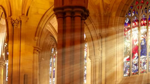 vidéos et rushes de balayage des rayons lumineux en verre teinté - catholicisme