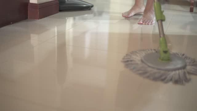 vídeos de stock e filmes b-roll de sweeping the floor with a mop. - pano de protecção
