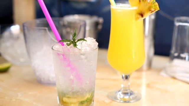 stockvideo's en b-roll-footage met zoet en verfrissend drankje cocktail - tropische drankjes