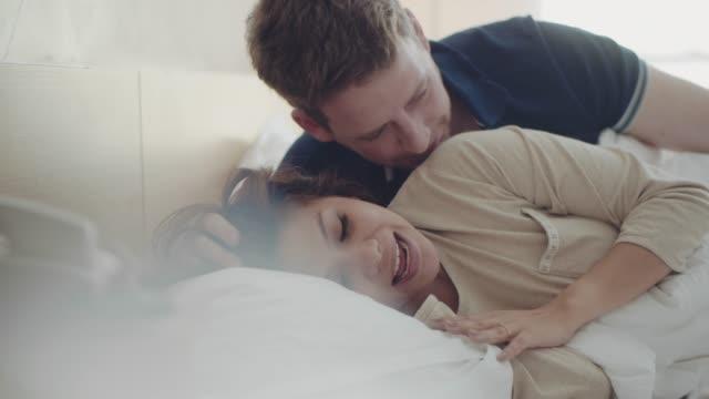 vidéos et rushes de couple doux dans son lit le matin. - jeunes mariés