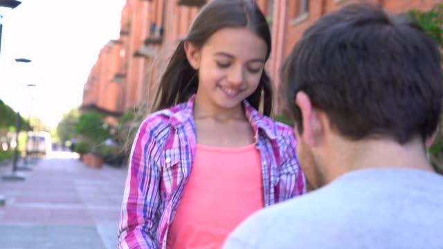 vídeos y material grabado en eventos de stock de dulce niña entregando un regalo para el día del padre a su papá abrazándolo muy feliz - father day