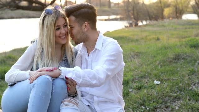 vídeos y material grabado en eventos de stock de dulce amor susurrando - pareja heterosexual
