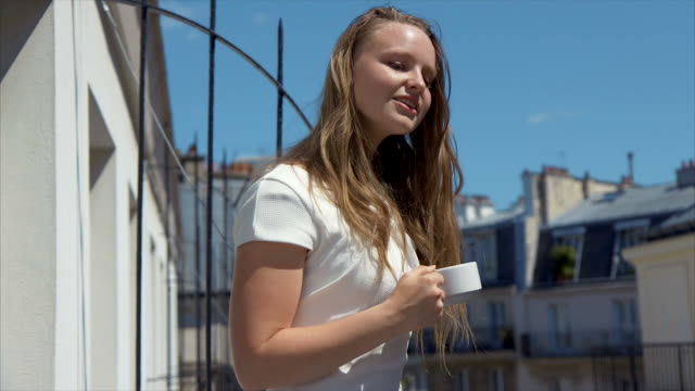 vidéos et rushes de sweet morning (ralenti) - balcon