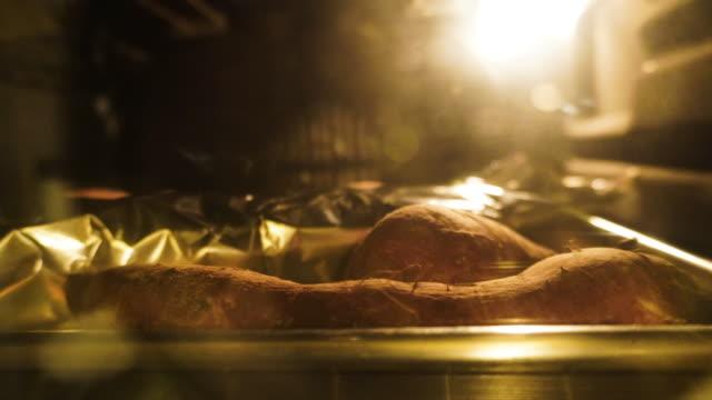 オーブンでサツマイモ焼き - サツマイモ点の映像素材/bロール