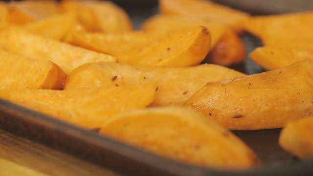 焙煎トレイのサツマイモウェッジ - サツマイモ点の映像素材/bロール