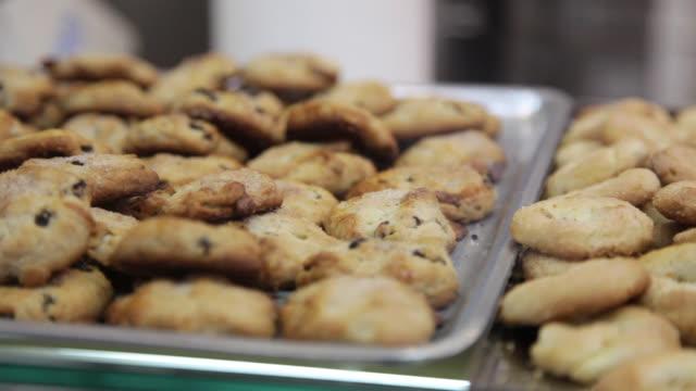 vídeos y material grabado en eventos de stock de bocaditos dulces y pasteles en un mostrador de panadería en un mercado - al horno