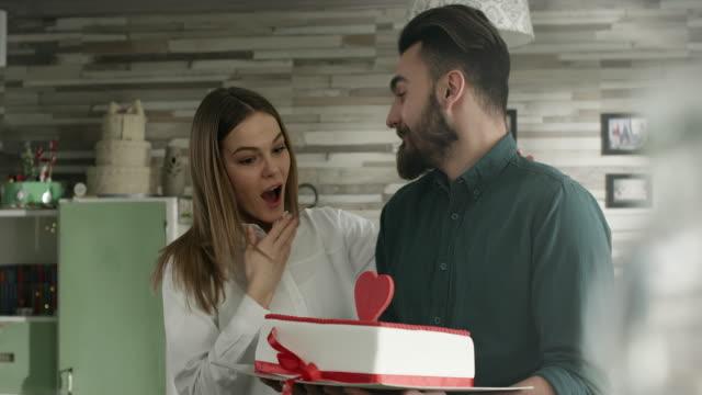 süße überraschung - kuchen stock-videos und b-roll-filmmaterial