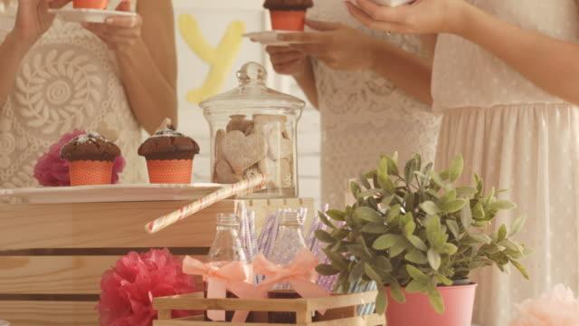 Süße Tisch mit Party Essen und Getränke