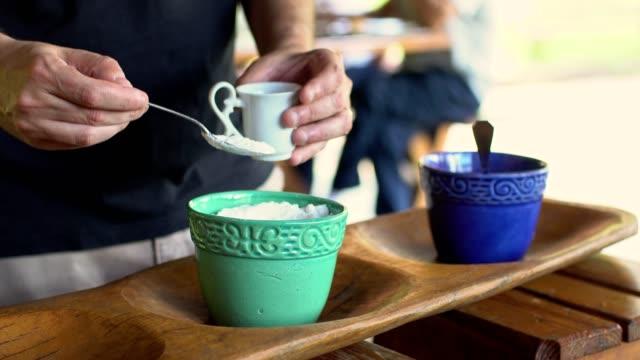 stockvideo's en b-roll-footage met zoetmakende koffie - suikerpot