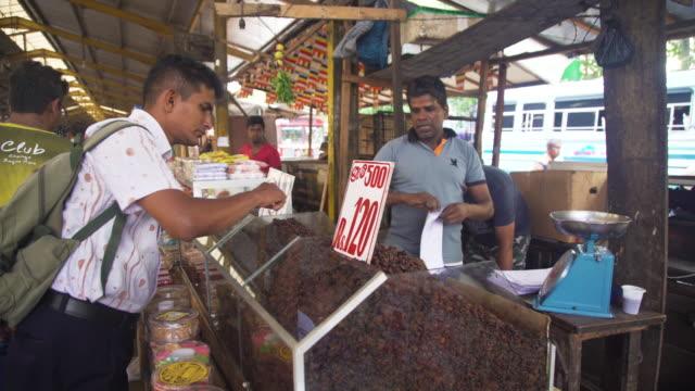 vídeos de stock e filmes b-roll de sweets market stall at colombo, sri lanka - vendedor trabalho no comércio