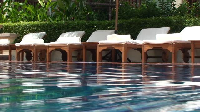 vídeos y material grabado en eventos de stock de piscina - tumbona