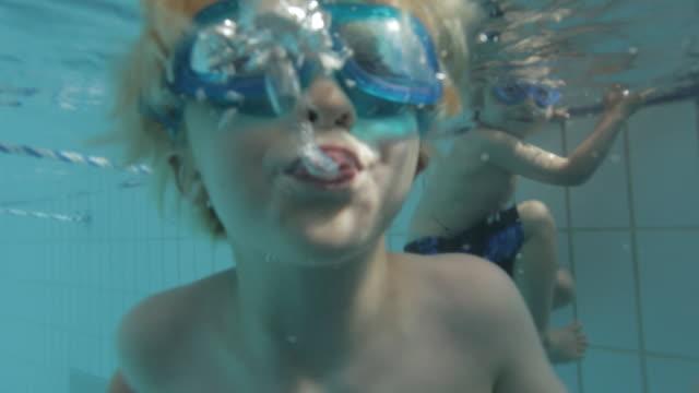 stockvideo's en b-roll-footage met cu swimmer blowing bubbles underwater / vancouver, british columbia, canada - alleen jongens