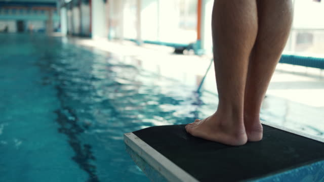 stockvideo's en b-roll-footage met zwemmer springen van duikplank - watersport