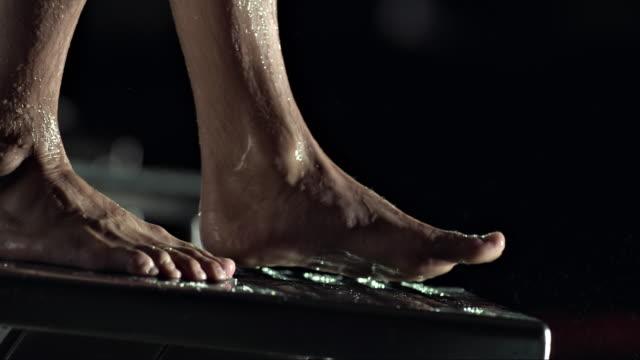 vídeos de stock, filmes e b-roll de swimmer jumping off the block - kranj