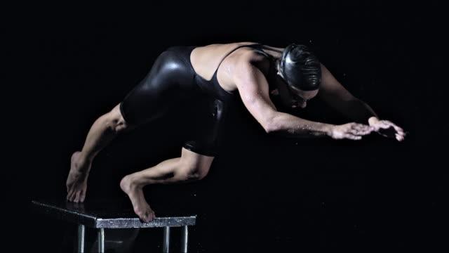 swimmer jumping off the starting block - スタートライン点の映像素材/bロール