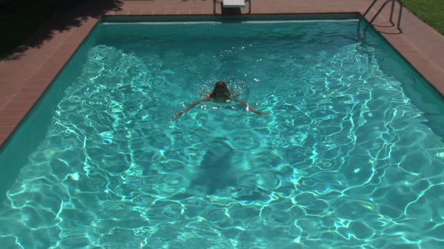 Swimmer lady in the pool (use of jib)