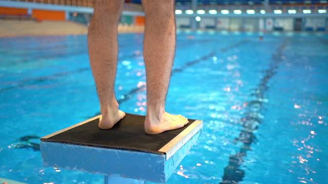 stockvideo's en b-roll-footage met zwemmer op een zwemmend uitgangspuntblok - watersport