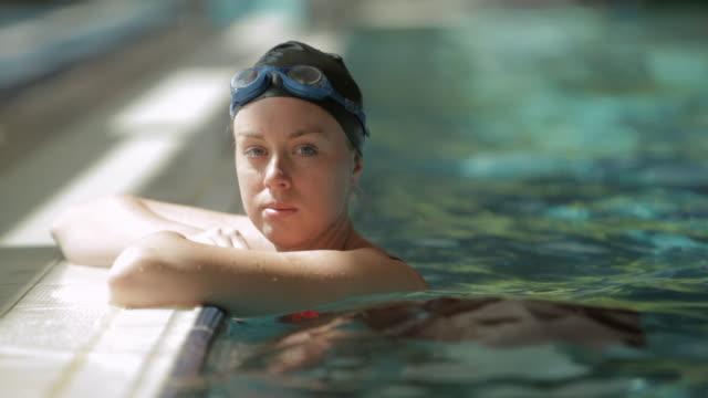 tu swimmer resting on side of pool / vancouver, british columbia, canada - endast en ung kvinna bildbanksvideor och videomaterial från bakom kulisserna