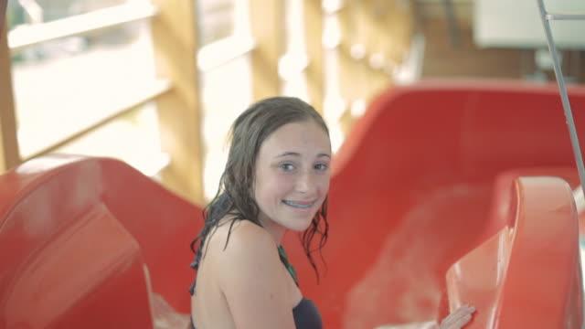 td swimmer sliding down water slide / vancouver, british columbia, canada - nur weibliche teenager stock-videos und b-roll-filmmaterial